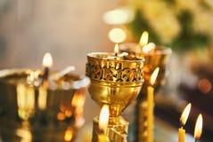 Blask świecy w kościół chrześcijańskim na ślubnej ceremonii fotografia royalty free