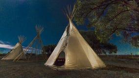 Blask księżyca na Indiańskim Tepee przy pikapu Indiańskim muzeum, Montrose, Colora fotografia royalty free