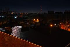 Blask księżyca na zmroku żelaza dachu z niektóre bokeh i lampionami błyśnie w tle zdjęcie royalty free