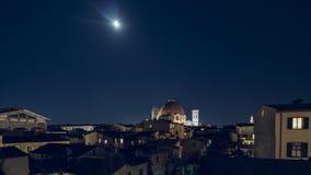 Blask księżyca niebo nad Firenze linia horyzontu z kopuła punktem zwrotnym obraz stock