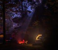 Blask księżyca połysk zestrzelają na mężczyźnie przy ogniskiem zdjęcia stock