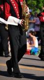 Blaskapelle-Ausführender, der Saxophon spielt lizenzfreie stockfotografie