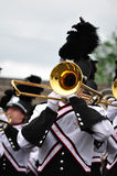 Blaskapelle-Ausführender, der Trombone in der Parade spielt stockbild