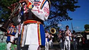 Blaskapelleparade auf der Straße während einer Festfeier stock footage
