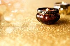 Blaski świecy na złotym błyskotliwym tle zdjęcie royalty free
