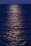 Blasku księżyca odbicie na falistym morzu Obrazy Royalty Free