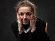 Blasse müde Frau, die gerade schaut Lizenzfreies Stockfoto