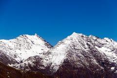 Blasten av bergen som täckas med snö Arkivfoto