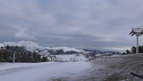 Blasten av dekorkade bergen kan ses Skidar stationen i bergen arkivfilmer