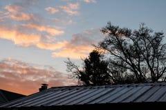 Blaszany dach I pomarańcz chmury Fotografia Royalty Free
