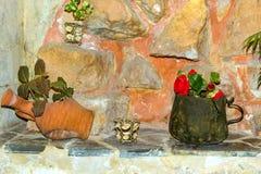 Blaszany kubka i gliny dzbanek z kwiatami, Rethymno, Crete fotografia royalty free