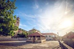 Blato村庄主要教会正方形在克罗地亚 免版税库存图片