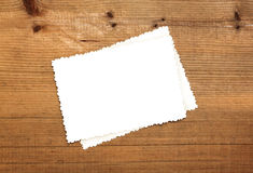Blatt des leeren Papiers auf Holz Lizenzfreies Stockfoto