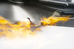 Blatt einer Säge im Feuer. zusammengesetztes Bild. Nahaufnahme Stockfotos