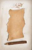 Blatt eines fragmentarischen Papiers auf Sand. Lizenzfreie Stockbilder