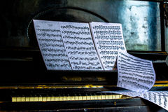 Blatt mit Anmerkungen legt auf das Retro- Klavier Stockbilder