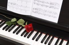 Blatt-Musik mit Rose auf Klavier Stockfotografie