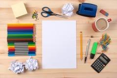 Blatt Papier auf einem Schreibtisch Stockfotos