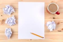 Blatt Papier auf einem Schreibtisch Lizenzfreies Stockfoto