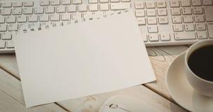 Blatt Papier auf Tastatur Stockbilder