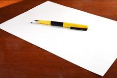 Blatt Papier, Feder und Fleck Lizenzfreie Stockfotografie