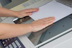 Blatt Papier in Kopiereinrichtung Stockfoto