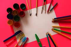 Blatt Papier mit Bleistiften und Farben für Kind-` s Kreativität Lizenzfreies Stockbild