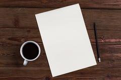 Blatt Papier mit einem Bleistift und einem Kaffee lizenzfreie stockfotografie