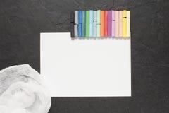 Blatt Papier und Pastell auf dem Tisch Stockfoto