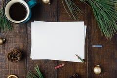 Blatt Papier Weihnachtshintergrund freien Raumes mit Dekorationen Stockbilder