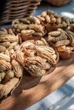 Blatt-Schüsseln gefüllt mit Erdnüssen Lizenzfreies Stockbild