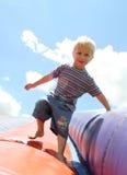 Blauäugiger blonder Junge Stockbild