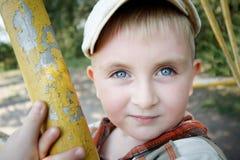 Blauäugiger Junge im Park Lizenzfreies Stockbild