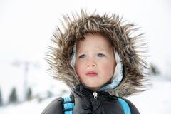Blauäugiger kleiner Junge in einer Winterlandschaft stockfotos