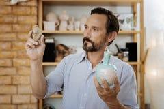 Blauäugiges Ceramistarbeiten hart bei der Ausführung der Bestellung für Kunden stockfotos