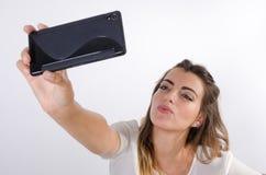Blauäugiges Mädchen der Junge recht, das ein selfie macht Lizenzfreie Stockbilder