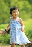 Blau überprüfter Holding-Teddybär des kleinen Mädchens des Rockes Lizenzfreies Stockfoto