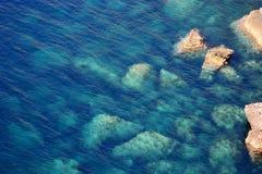 Blau auf den Felsen lizenzfreies stockfoto