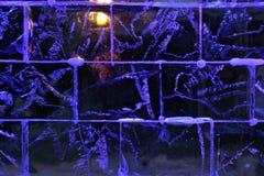 Blau beleuchtete Eiswand Stockfoto