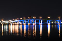 Blau belichtete Brücke in Miami Stockbilder