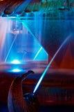 Blau belichtete Brunnen auf der Piazza-Oper in Timisoara 3 Lizenzfreie Stockbilder