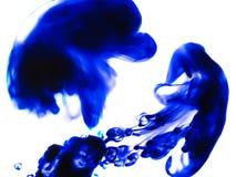 """Blau beschmutzt †""""Abstraktion auf weißem Hintergrund Stockbild"""