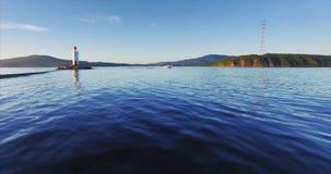 Blau bewegt wellenartig und Tokarevsky-Spucken und Leuchtturm, Motorboot SONNENAUFGANG Russland stock footage
