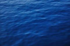 Blau des Meerwasser-Hintergrundes tief Stockfotos