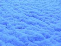 Blau die Oberfläche des Schnees an der Dämmerung Stockbilder