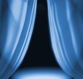 Blau drapiert auf leerer Stufe Stockbilder