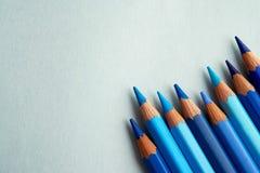Blau färbte Bleistifte gelegt auf einen blauen Hintergrund lizenzfreie stockfotografie