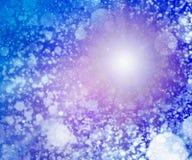Blau farbiger schneebedeckter sonniger Himmelhintergrund Lizenzfreie Stockfotos