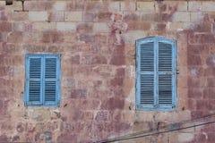 Blau Fensterläden geschlossene Fenster auf traditionellem maltesischem Haus Lizenzfreie Stockfotos