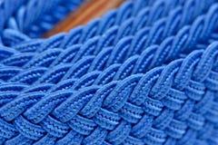 Blau gefalteter Netzkabel-Gurt stockbilder
